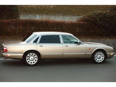 イギリス最古の自動車メーカー ダイムラー 御料車も最初はダイムラーです。