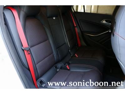 シートベルトの赤がスポーティです。