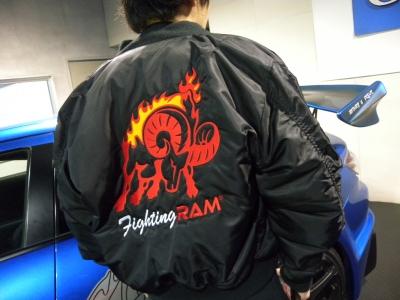 背中にはファイティングラムのデカイロゴが刺繍されております。