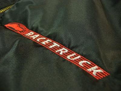 胸の左にはレーストラックの刺繍が入ってます。