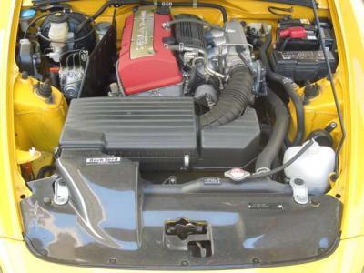 バックヤードスペシャルのエアインテークパネルはカーボン製。イングスバンパーの開口部からの吸気を整流する優れものアイテムだ。