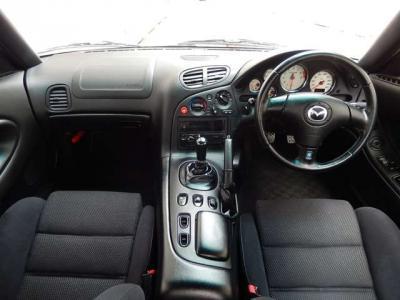 タイトなコクピットは運転姿勢を的確に保ってくれます。車内の清潔感もオススメポイントの一つ。変な芳香剤の香りも無く、タバコの臭いも無く、無機質な雰囲気があります。