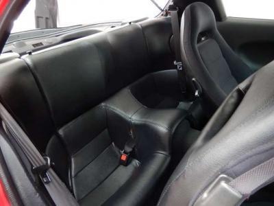後ろの席の人は罰ゲーム状態。そもそも、走りとデザインに特化したらリアシートなんて飾りです。偉い人にはそれがわからんのです。