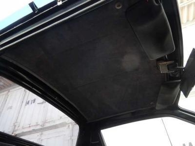 天井は張替え済み。この当時の車はみんなデロデロ剥がれ落ちるんだよね。