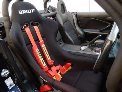 ブリッドのフルバケットシートはヴィオス�だ。サベルトの4点ハーネスもサーキットの必需品。