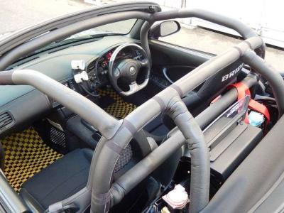 ロールゲージはCUSCOの7点式クロモリ。今回ロールバーパッドは新品に交換。フルカバーにしたから車検も安心よ。