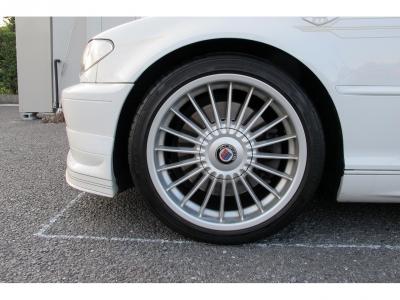 デザインの良い純正18AWになります。外装のアルピンホワイトに良くマッチしたかっこいいお車です。