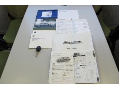 取扱説明書・ニコル認定中古車保証書・メンテナンスノート・アルピナオーナーズマニュアル、スペアキー1ケ、アルピナホイールロックキー計3ケなど完備しております。