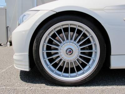 デザインの良い純正18AWクラシックホイールになります。外装のアルピンホワイトに良くマッチしたかっこいいお車です。。