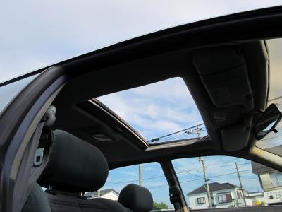 開放的な室内をサンルーフ付きのJZX90チェイサーツアラーVが入庫しました!!修復歴もなく取説、新車保証書も完備!!アペックスN1車高調やBLITZマフラーも装着されており必見の1台です。