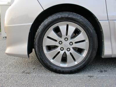 デザインの良い純正17インチアルミホイール、タイヤの山もまだまだございますので、ご家族でお楽しみください。
