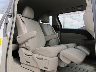 7人乗りの中期型が入庫しました!!7人乗りになりますので、セカンドシートはくつろぎの空間になります。シートアレンジも出来ますので、ご家族でお楽しみ頂けます。