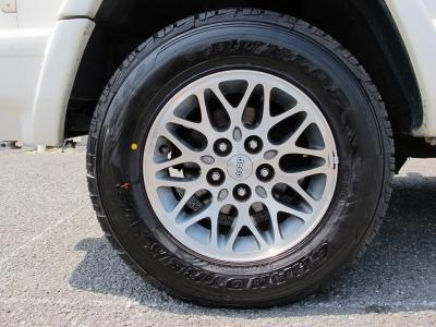 デザインの良い純正15インチアルミホイールに225/70/15 2018年18週目のタイヤになりますので、タイヤの山もあり快適に乗れると思います。