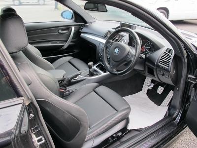右ハンドル135IクーペMスポーツPKGが入庫しました。純正6速MT右ハンドル、純正パフォーマンスキャリー(6ポット)装着車!!こちら艶消しブラック塗装してございまます。
