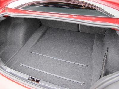 大きなお荷物、ゴルフバックなども分割式にリアシートが倒れますので、便利なお車です。