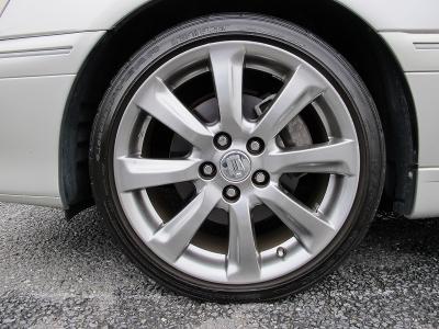 デザインの良い18系クラウンの純正18AWに変更されております。タイヤの山も十分ございますので、すぐに乗りだせます。