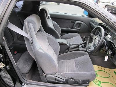室内の臭いも気にならないお車になります。前オーナー様も大事に乗られていたお車の様に見受けられ装着パーツも拘りが感じられる1台です。