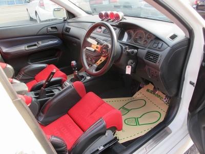 ブリットフルバケットシートが運転席、助手席に装着されています。バックはカーボンケブラーの上質なシートにLOWMAXならではのシートポジションになります。
