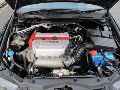 カタログ値エンジンはVTECとVTCを組みあわせた、2L 直4DOHCのi-VTECエンジン(K20A型)。このK20A型ユニットは徹底して吸排気効率を高めることで220馬力のユーロRになります。