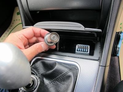 室内の臭いも気にならない状態です。運転席側、リア共に使用形跡はございません。