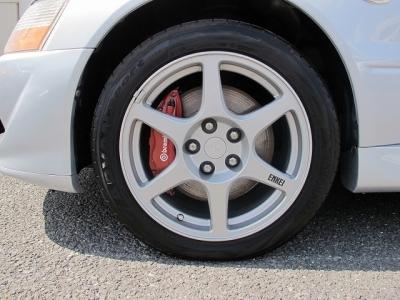 デザインの良い三菱ランエボGSRエボリューションVIII純正17AW、タイヤはアドバンスポーツ235/45/17タイヤの山もまだまだございます。