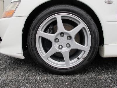 デザインの良い三菱ランエボGSRエボリューションVIII純正17AW、タイヤはピレリ^NERO GT235/45/17タイヤは当社にてNEWタイヤに入れ替え済みです。