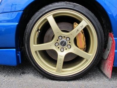 デザインの良い軽量プロドライブGC−05F(8Jオフセット43)前後、タイヤの山もまだまだございます。STIは純正大型ブレーキキャリパー装着になりますので、ストッピングパワーもOKです。