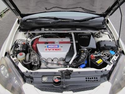 カタログ値エンジンはVTECとVTCを組みあわせた、2L 直4DOHCのi−VTECエンジン(K20A型)。このK20A型ユニットは徹底して吸排気効率を高めることで220馬力のタイプRになります。