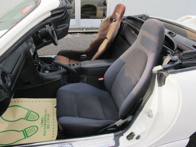 ケンウッドCDチェンジャー装着されています。幌の状態は助手席側の後ろ補修痕ございます。