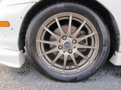 デザインの良い社外15AWになります。タイヤの山もまだまだございます。