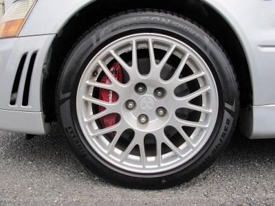 デザインの良いランエボVII純正17インチアルミホイール、当社にてピレリー235/45/17をNEWタイヤ1台分を装着しております。