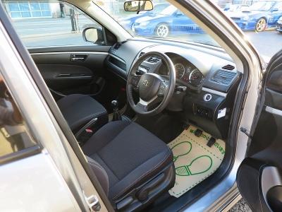 運転しやすいZC72S純正5速MTです。お出掛けの際にも荷物もつめて楽しい走りZC72Sをお楽しみください。