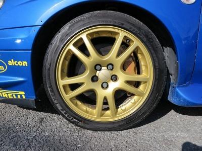 デザインの良いSTI純正17インチアルミホイール、タイヤの山もまだまだございます。