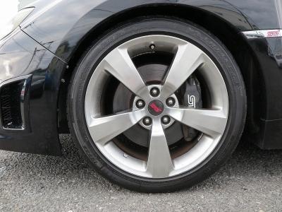 デザインの良いSTI純正18インチアルミホイール、タイヤの山もまだまだございます。