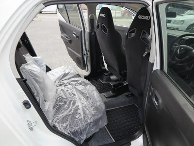 新車時からリアシートはかばーかかったままになります。