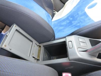 前席間の収納BOX。使い勝手良いです。