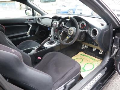 内外装チューニングされていてこのままでも、お客様好みにチューニングされてもお楽しみ頂けるお車です。