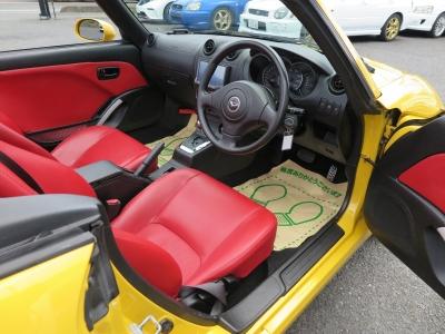 存在感の強い赤い内装で運転の高揚感を出してくれます。