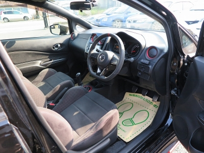 ノートニスモS純正シート。座りやすく、安定した運転が可能となります。