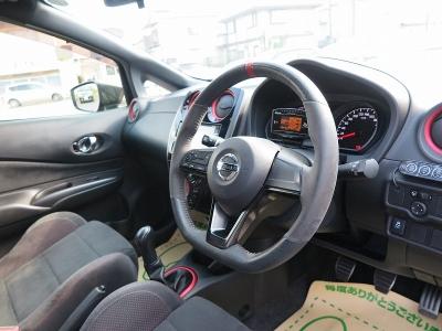 スポーツ仕様のハンドルに加え、操作性のあるステアリングスイッチで気持の良い運転をお楽しみ頂けます。