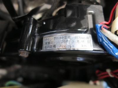 100194KM時にタイミングベルト交換ステッカーエンジンルーム内にございます。当社にて納車jに油種類なども交換を行いご納車致します。ぜひお早めにご検討ください。