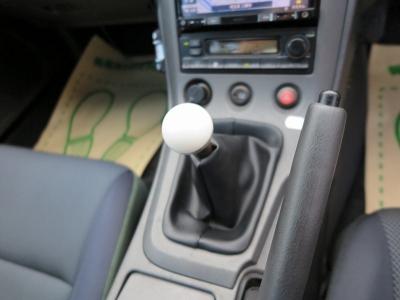 5速MTになります。スムーズなシフトチェンジで運転を楽しめるお車です。