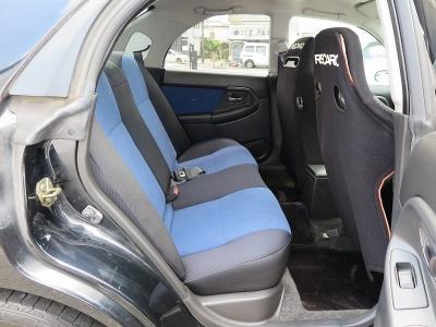 後部座席も広々としお出かけの際ゆったりとした空間になります。