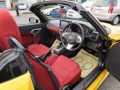 広々とした運転席になっておりステアリング周りをはじめ、電動オープンなどの操作をスムーズに行えるお車です。