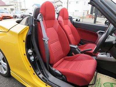 運転席、助手席共に赤いシートで内外装印象の強く感じるお車です。イエローコペンをお探しのお客様はお早めにご来店、ご連絡ください。