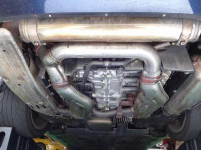 アンダーカバーを外すとキレイなエンジン下まわりが確認出来ます。