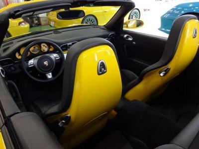 オプションのスポーツシート付き。更にシートバックがボディ同色となっており、オープン時には周囲の目を惹きつけます。もちろんカブリオレに必須のシートヒータも付いています。