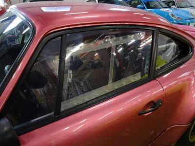フロントガラス以外全面アクリルウインドウ+FRP軽量ドアとなります。