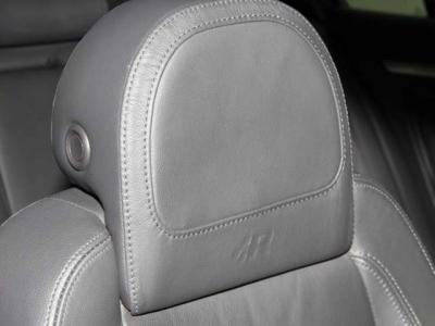 セミバケットタイプの本革シートにシートヒーターも装備されております!!