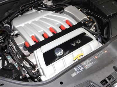 中古車で重要なエンジンルームはこんなに綺麗ですョ!! 機関もとても良好でタイミングベルトはチェーン式でとっても頑丈なエンジンです!!